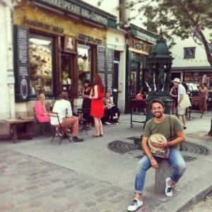 Máxim Huerta delante de Shakespeare and Co en Paris