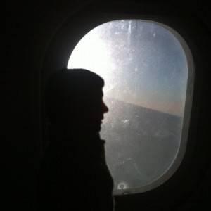El hombre normal oculta su miedo al volar con mujer especial