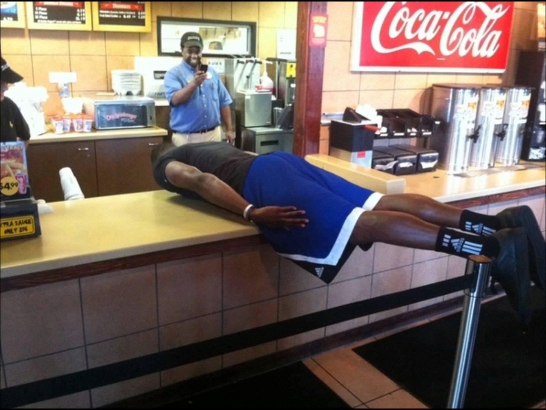 Planking en un fast food - Autor desconocido